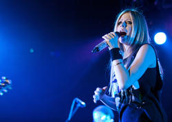 http://img200.imagevenue.com/loc107/th_430278630_52183_avril_lavigne_performing_live_in_moscow_10_11_122_107lo.jpg