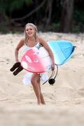 http://img200.imagevenue.com/loc199/th_913450934_Preppie___AnnaSophia_Robb_in_a_bikini_on_Soul_Surfer_set_in_Hawaii___Feb._13_2010_4420_122_199lo.jpg
