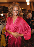 th_97300_fashiongallery_VSShow08_Backstage_AlessandraAmbrosio-75_122_468lo.jpg