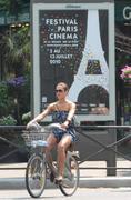 Jessica Alba super sexy en Velib' a Paris - hot.curul.fr