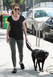 Джулианн Мур, фото 8. Julianne Moore walks her black doggy in New York, photo 8